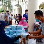 Anggota PPA Gresik ketika membagikan kebahagiaan kepada jamaah salat Jumat di masjid KH Ahmad Dahlan pada Jumat, 12 Februari 2021