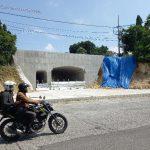 Pengendara melintas di depan proyek underpass di Jalan Sumatera, Kompleks Perumahan Gresik Kota Baru pada Selasa, 16 Februari 2021 ( foto : chusnul cahyadi/1minute.id)