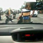 Seorang lelaki membawa paving menghentikan pengendara mobil di Jalan Raya Sukomulyo, Kecamatan Manyar, Gresik pada Jumat, 19 Februari 2021 (foto : screenshot video)