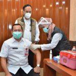 Plh Bupati Gresik Abimanyu Poncoatmojo Iswinarno ketika vaksinasi Covid-19 di kantor Bupati Gresik pada Rabu, 24 Februari 2021