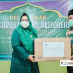 Wabup Gresik Aminatun Habibah membagikan masker kepada pengurus MWC NU Driyorejo pada Minggu, 29 Agustus 2021 (foto: Humas Pemkab for 1minute.id)
